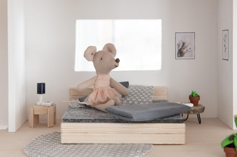 Bett Puppenhaus selbst gebaut DIY Anleitung